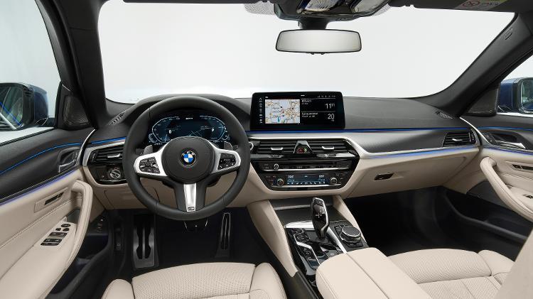 O interior traz novos estofos e um volante com uma nova programação de comandos - Discovery