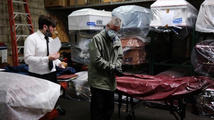 Estados Unidos têm mais de 100.000 mortes por vírus em funerais em crise