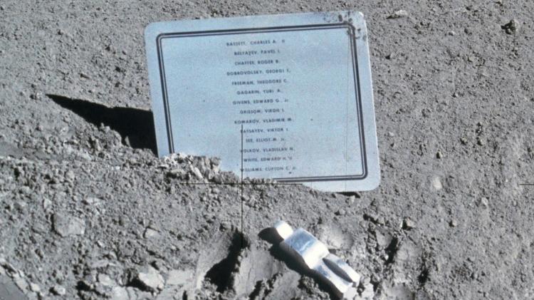 Em agosto de 1971, poucas semanas após o acidente, um trio de astronautas mortos no espaço foi decorado com esta placa deixada pela missão Apollo 15 na Lua, juntamente com uma escultura chamada
