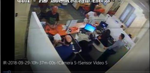 Imagens mostram Fabrício Queiroz pagando as contas de Flávi Bolsonaro em dinheiro, diz MP
