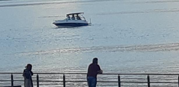 O grupo foi pego se divertindo em barcos a motor na orla de Guaíba, em Porto Alegre