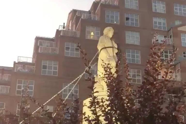 Após as críticas de Trump, manifestantes demolem estátua de Cristóvão Colombo - 7 de maio de 2020 - mundo