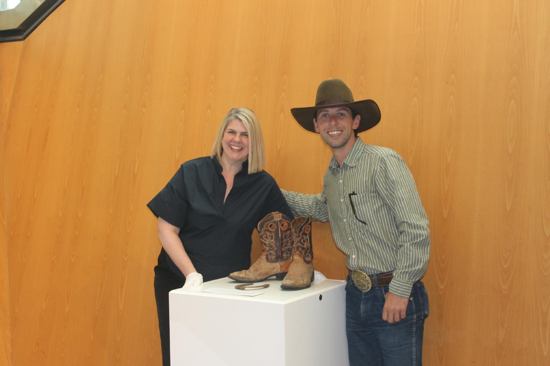Um par de botas da viagem de Filipe, exposto no Bata Shoe Museum em Toronto - Arquivo pessoal