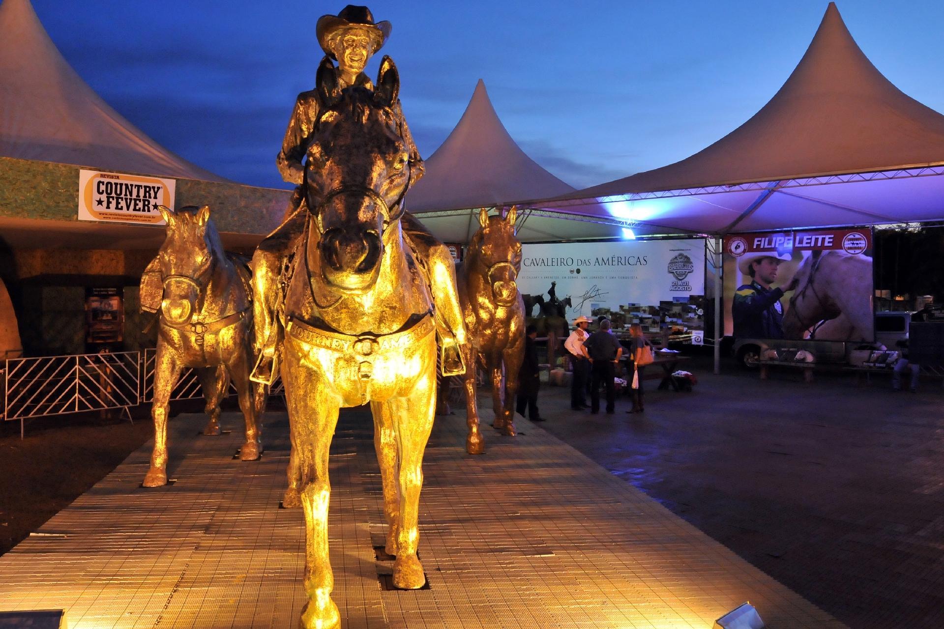 """Estátua de Barretos, em homenagem à travessia de Filipe, o """"Cavaleiro da américa"""" - Arquivo pessoal"""